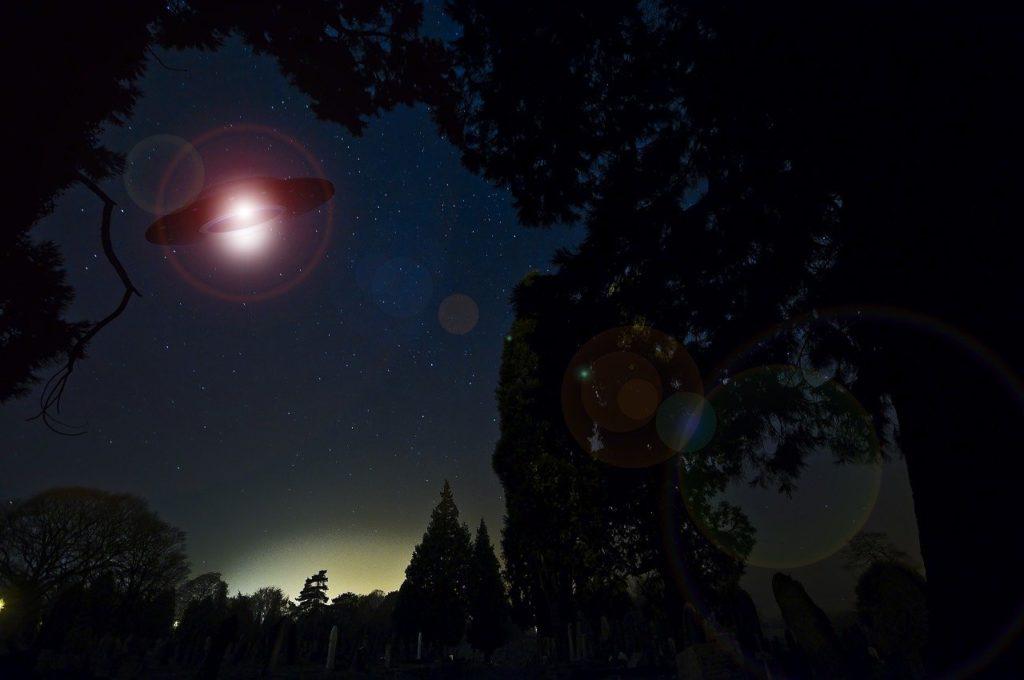 Ovni en el cielo nocturno, extraterrestre, aliens, ufo, ufos