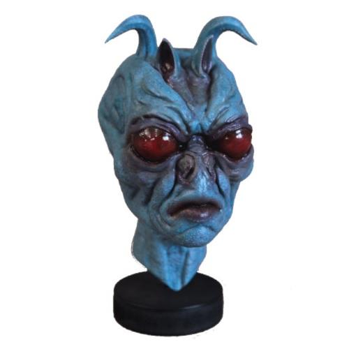 Marciano con antenas. Alienígena azul con ojos rojos. Extratrerrestre realista